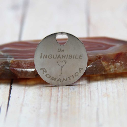 Ciondoli con scritta economici   Ciondolo un inguaribile romantica 20 mm pacco 5 pz - cio0215